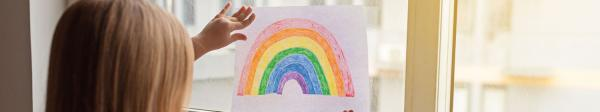 Kind am Fenster mit einem gemalten Regenbogen.  | Rechte: PantherMedia