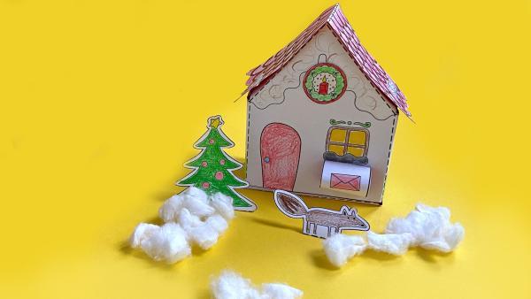 Wichtelhaus Bastelanleitung Schritt 17. Vor dem fertigen Haus werden die Tiere und der Weihnachtsbaum aufgestellt. | Rechte: KiKA