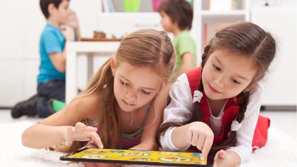 Kinder spielen auf einem Tablet die beliebtesten Online-Spiele für Kleinkinder und Vorschüler. Die Kinder befinden sich in einem hellen Kinderzimmer  | Rechte: KiKA, PantherMedia