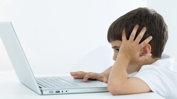Junge sitzt vorm Computer | Rechte: colourbox.com
