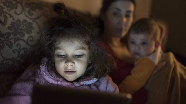 Mit einer Vertrauensperson fühlen sich Kinder sicherer. | Rechte: IMAGO