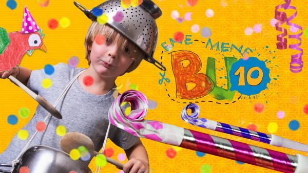 Gelber Papierhintergrund, ein Junge mit einem Nudelsieb auf dem . in der Hand hat er zwei Jochlöffel. Daneben ist das Logo von ENE MENE BU, Geburtstagströten und Konfetti. Das Bild ist hell und freundlich  | Rechte: KiKA