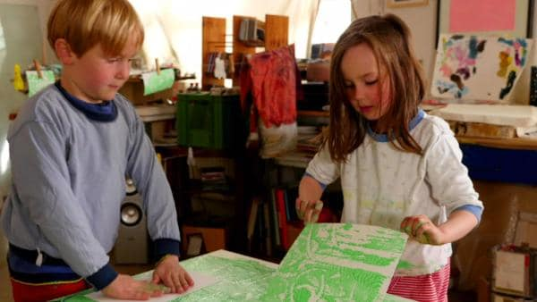 Zwei Kinder experimentieren mit Kleister und Farbe. | Rechte: KiKA