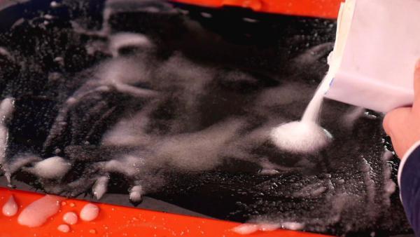 Salz auf einem Blatt schwarzem Papier | Rechte: KiKA