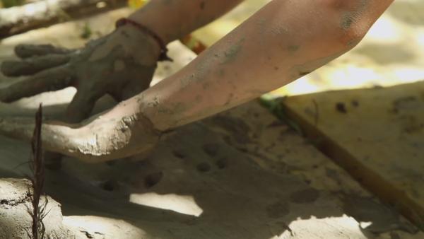 Kinderhände arbeiten an Lehm | Rechte: KiKA