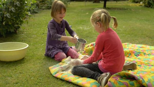 Kinder mischen Mehl und Wasser | Rechte: KiKA