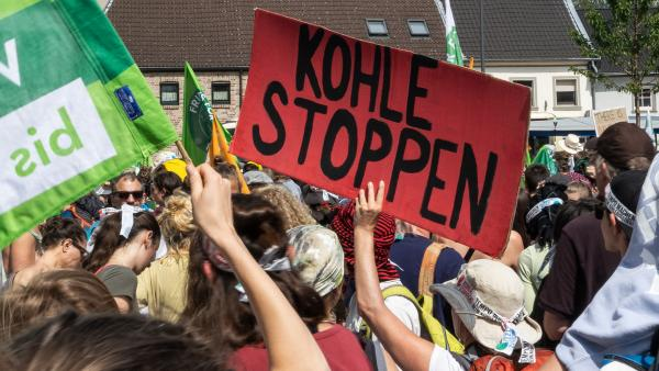 Viele Leute demonstrierten in Garzweile für einen baldigen Kohleausstieg. | Rechte: KiKA