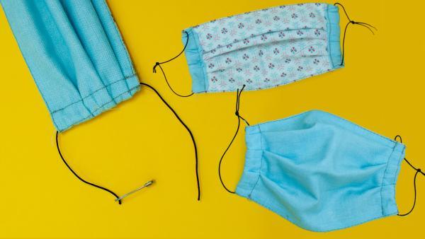 Die Schritt für Schritt Anleitung für eine ganz einfache Mundmaske ohne Schnittmuster für Kinder. Sie benötigen Gummiband und zwei Stoffe und Untensilien zum Nähen. Wählen Sie Stoffe, welche mind. bei  60° waschbar sind. | Rechte: Kika, Franziska Spanger