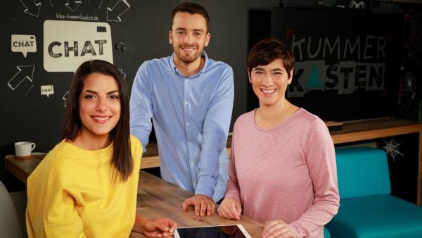 Das KUMMERKASTEN-Team Clarissa (links), Sabine und Simon. | Rechte: KiKA/Carlo Bansini