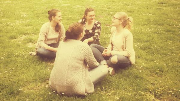 Vier Teenager im Park | Rechte: KiKA