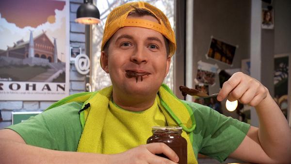 Tim verkleidet als Kind mit Schokoladencreme | Rechte: KiKA