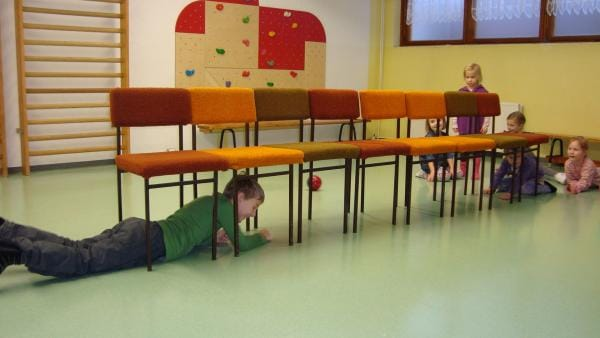 Die Kinder kriechen unter einer Stuhlreihe durch   Rechte: kika