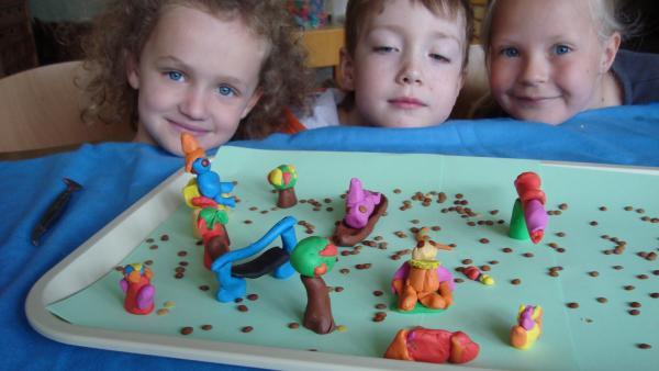 Kinder zeigen ihre Fantasiewelt. | Rechte: KiKA