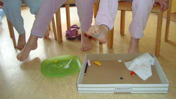 Fuß greift einen Gegenstand | Rechte: KiKA