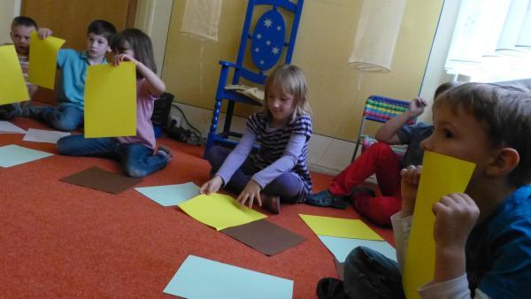 Kinder mit Papier | Rechte: KiKA