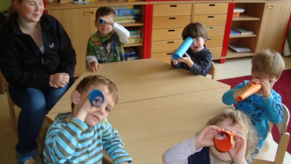 Kinder schauen durchs Guckrohr | Rechte: KiKA