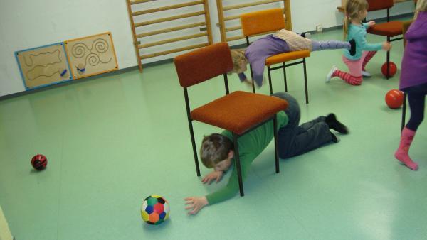 Die Kinder kriechen unter den Stühlen durch oder klettern darüber   Rechte: KiKA