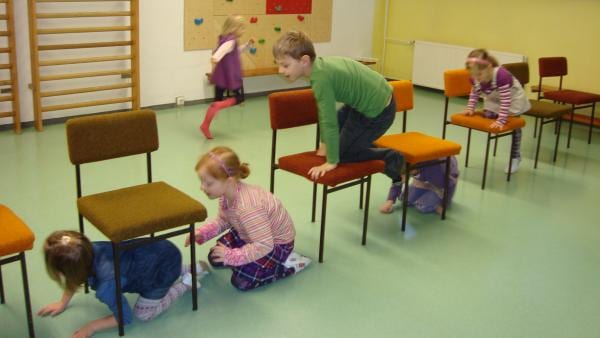 Kinder kriechen durch oder steigen auf Stühle | Rechte: KiKA