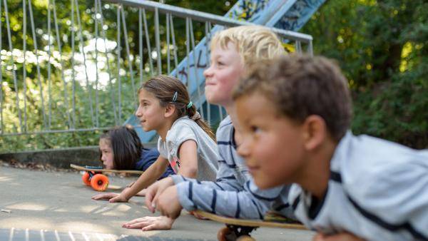 Kinder auf Skateboards | Rechte: KiKA/Mira Mikosch