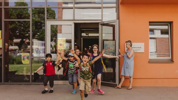 Hohe Zufriedenheit der befragten Kinder mit ihrer Schule. | Rechte: Mira Mikosch/KiKA