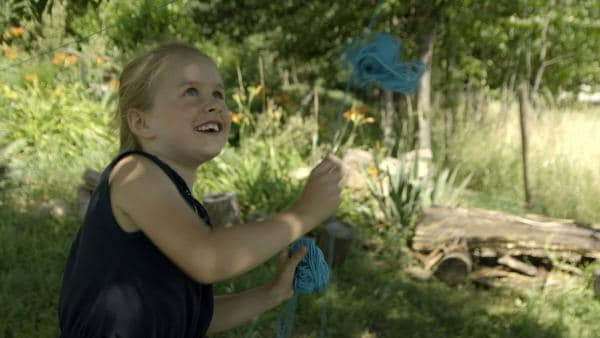 Spielen mit dem Wollknäuel | Rechte: KiKA