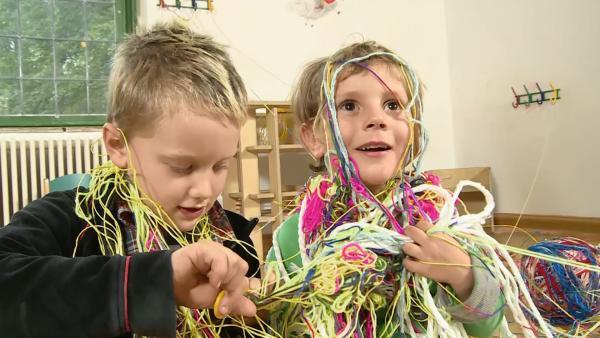 Kinder in einem Chaos von Schnüren | Rechte: KiKA