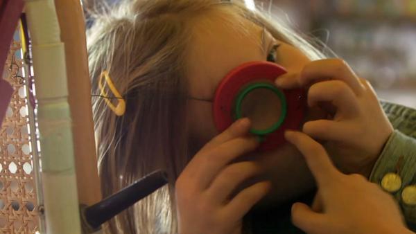 Kind schaut durch Lupe | Rechte: KiKA