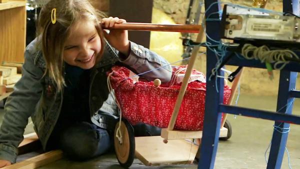 Kind basteln in Werkstatt | Rechte: KiKA