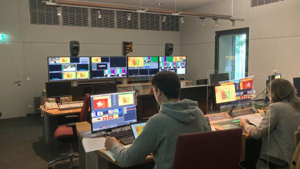 Das Bild zeigt das Synchronstudio, in dem die Tonaufnahmen für ENE MENE BU aufgenommen werden. Das Studio befindet sich bei KiKA im Landesfunkhaus Erfurt (KiKA). Es sind mehrer Monitore zu sehen. Man sieht einen Mann und eine Frau, die an den Schreibtischen sitzen. | Rechte: KiKA Dorit Jael