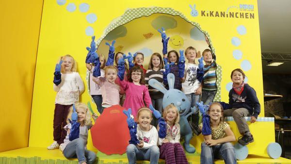 eine Kindergruppe mit ihren selbstgebastelten KiKANiNCHEN-Handpuppen | Rechte: KiKA