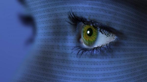 Gesicht beleuchtet von vielen Zahlencodes | Rechte: IMAGO