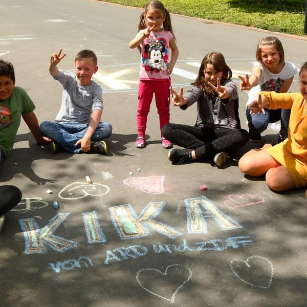 Kinder mit einem gemalten KiKA-Logo | Rechte: Carlo Bansini/KiKA