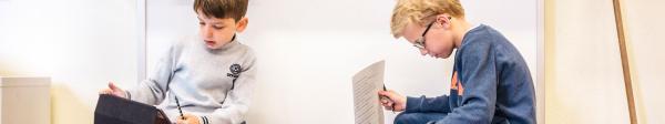 Zwei Schüler arbeiten mit Tablets und Handouts   Rechte: KiKA/ Christian