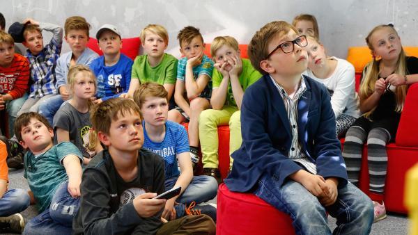 Gruppe von Kindern schaut zum Bildschirm | Rechte: KiKA/ Carlo Bansini