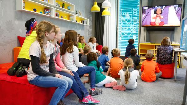 Gruppe von Kindern schaut auf einen Bildschirm | Rechte: KiKA/ Carlo Bansini