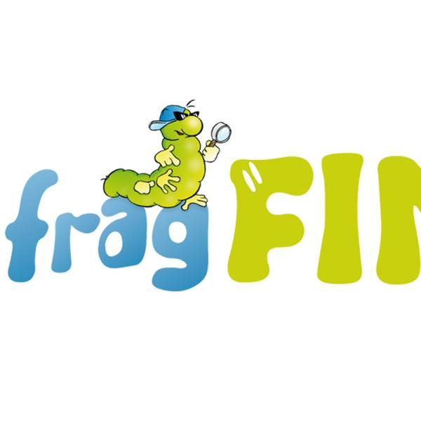 """Schriftzug der Internetseite """"fragFinn.de"""" mit einer Raupe, die eine Lupe in der Hand hält.   Rechte: fragFinn"""