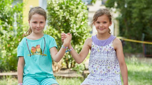 Zwei Kinder halten sich an der Hand | Rechte: Claus Langer