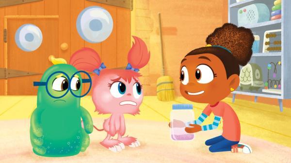 Esme will die kleinen Monsterchen mit dem Glitzerglas beruhigen. | Rechte: KiKA/Nelvana