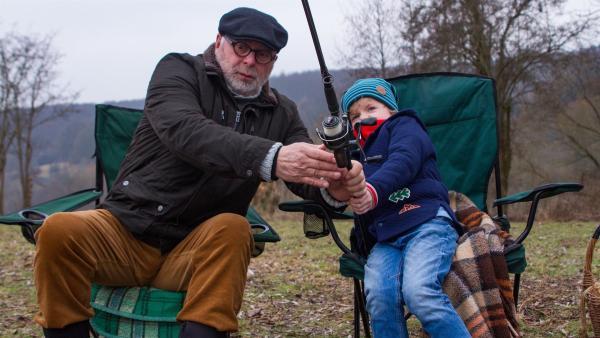 Felix (Piet Eckert) hat einen Fisch an der Angel. | Rechte: KiKA/Kinderfilm GmbH 2017