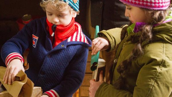 Felix (Piet Eckert) und Samina (Sarah Bendjelba) bauen ein Vogelhaus. | Rechte: KiKA/Kinderfilm GmbH 2017