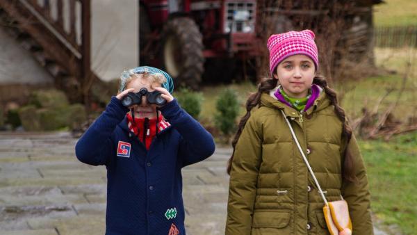 Felix (Piet Eckert) und Samina (Sarah Bendjelba) halten nach Vögeln Ausschau. | Rechte: KiKA/Kinderfilm GmbH 2017