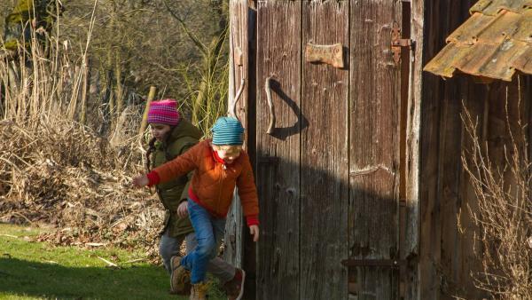 Ein Missverständnis versetzt Felix (Piet Eckert) und seine Freundin Samina ( Sarah Bendjelba) in Aufruhr. Beide befürchten, dass Opas Kaninchen Bimmel und Bommel zum Schlachter gebracht werden sollen. | Rechte: KiKA/Kinderfilm GmbH 2017