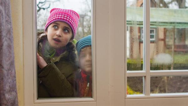Ein Versteckspiel in Haus und Hof beginnt: (v.l.n.r.) Sarah Bendjelba (Rolle Samina), Piet Eckert (Rolle Felix). | Rechte: KiKA/Kinderfilm GmbH 2017