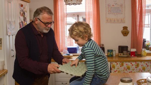Die Eier sind alle, aber Felix (Piet Eckert) will doch mit Opa Karl (Peter Rauch) Waffeln backen. | Rechte: KiKA/Kinderfilm GmbH 2017