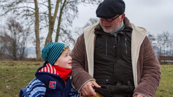 Felix (Piet Eckert) ist kurz vor dem Fußbad. | Rechte: KiKA/Kinderfilm GmbH 2017