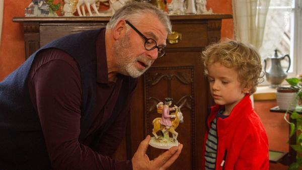 Opa Karl (Peter Rauch) zeigt Felix (Piet Eckert) die Porzellanfiguren von Oma. | Rechte: KiKA/Kinderfilm GmbH 2017