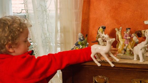 Felix (Piet Eckert) passiert beim Betrachten der Figuren ein Unglück. | Rechte: KiKA/Kinderfilm GmbH 2017