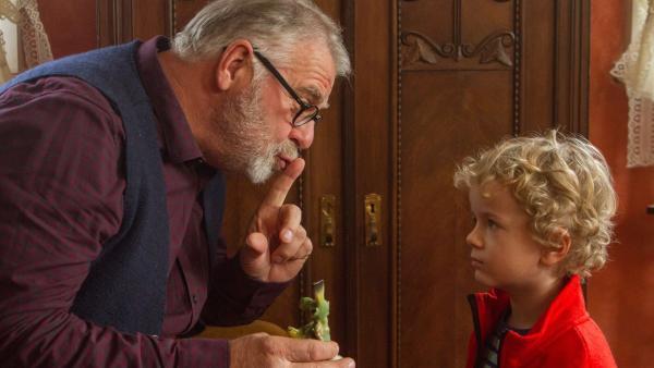 Außerdem verrät Opa Karl (Peter Rauch) Felix (Piet Eckert) noch ein Geheimnis. | Rechte: KiKA/Kinderfilm GmbH 2017