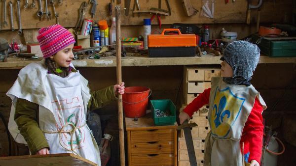 Da es nur 2 Ritterkostüme gibt, basteln Samina (Sarah Bendjelba) und Felix (Piet Eckert) ihr ein ritterliches Kostüm. | Rechte: KiKA/Kinderfilm GmbH 2017