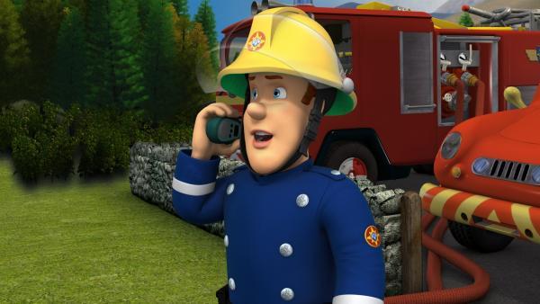 Feuerwehrmann Sam behält die Nerven und fordert Unterstützung aus der Luft an. | Rechte: KiKA/HIT Entertainment